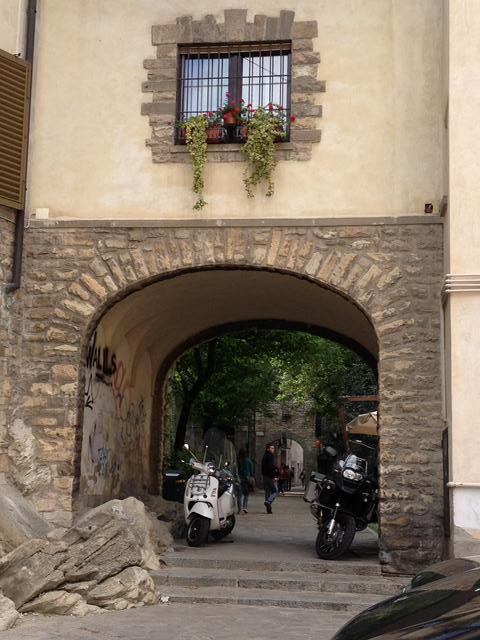 visiting_bergamo_archway